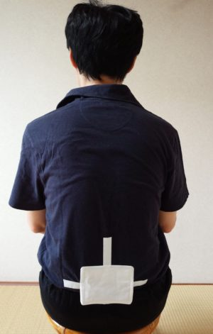 腰の真ん中にカイロを貼った写真