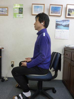 椅子坐位良い姿勢の見本の写真