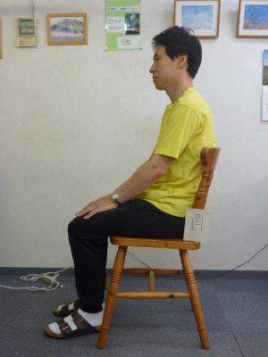 椅子に姿勢よく座っている写真