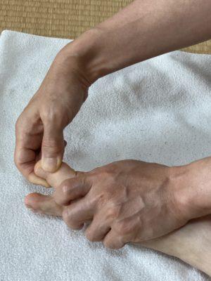 足の指を指圧している写真