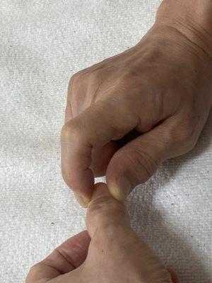 親指を指圧している写真