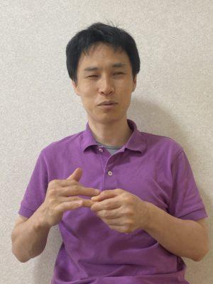 反対の薬指を指圧している写真