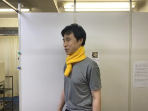 首にタオルを巻いた写真